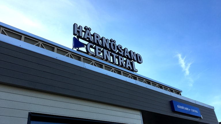 Skylten Härnösand Central mot en klarblå himmel. Foto: Ann-Charlotte Carlsson/Sveriges Radio