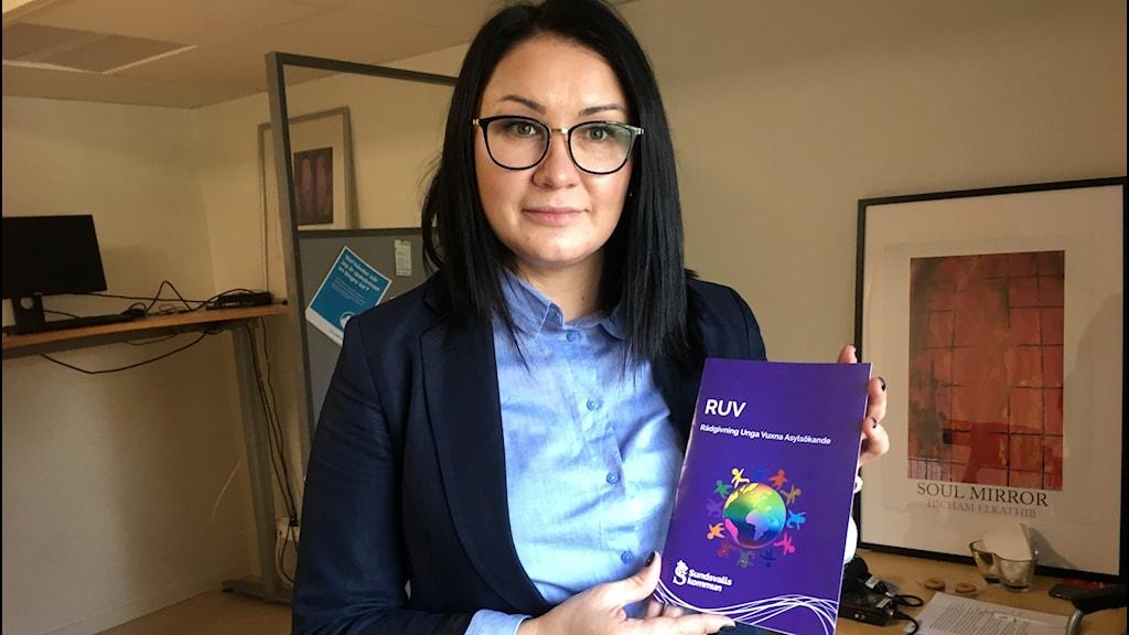 Kvinna med broschyr