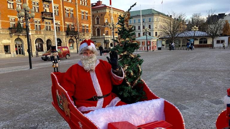 Jultomten var också på stora torget. Bilden föreställer Tomten sittande i sin släde med en liten plastgran bredvid sig. Foto: Alexander Arvidsson/Sveriges Radio