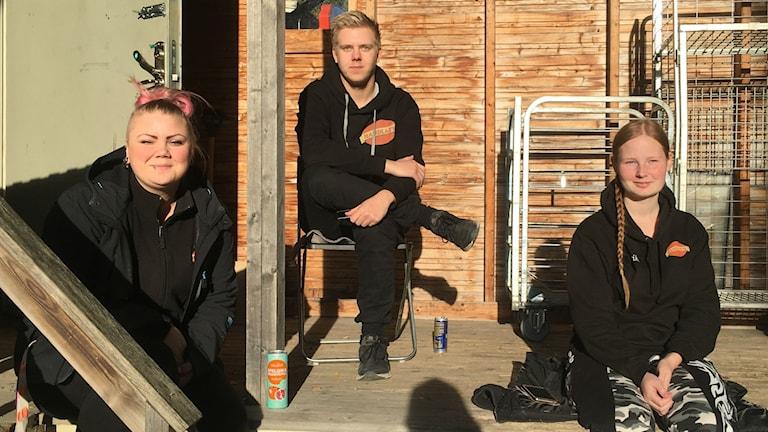 Moa Berglund, Fredrik Almqvist och Erika Mähler sitter och väntar på att strömmen ska komma tillbaka