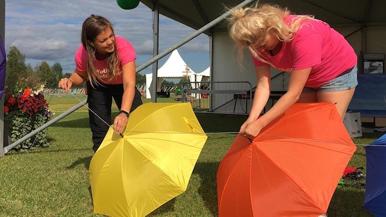Två kvinnor med paraplyer