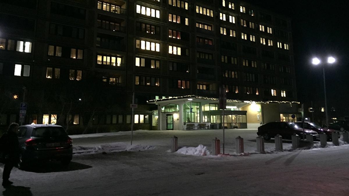 Upplysta fönster i Sollefteå sjukhus en sen mörk kväll. Foto: Sara Johansson/Sveriges Radio
