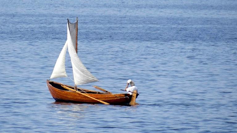 Segelbåt på glittrande hav. Foto: Johan Nilsson/Sveriges Radio