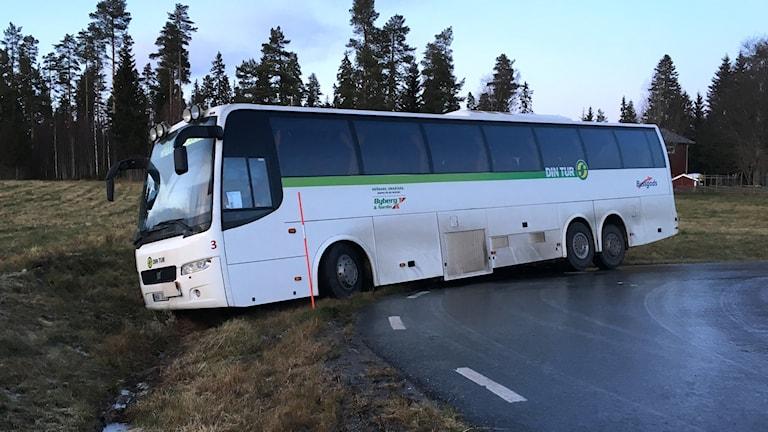 En linjebuss har kanat av vägen vid Bye Camping vid E4. Foto: Ingrid Engstedt Edfast/Sveriges Radio