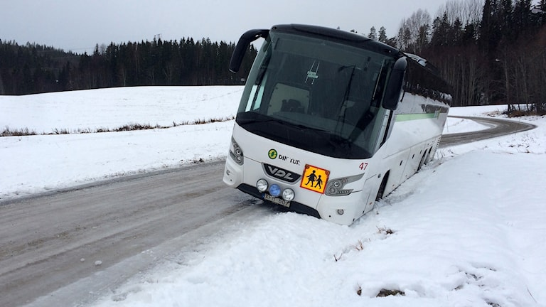 Skolbussen sitter fast i diket efter att ha glidit iväg på den glashala vägbanan. Foto: Ingrid Engstedt Edfast/Sveriges Radio