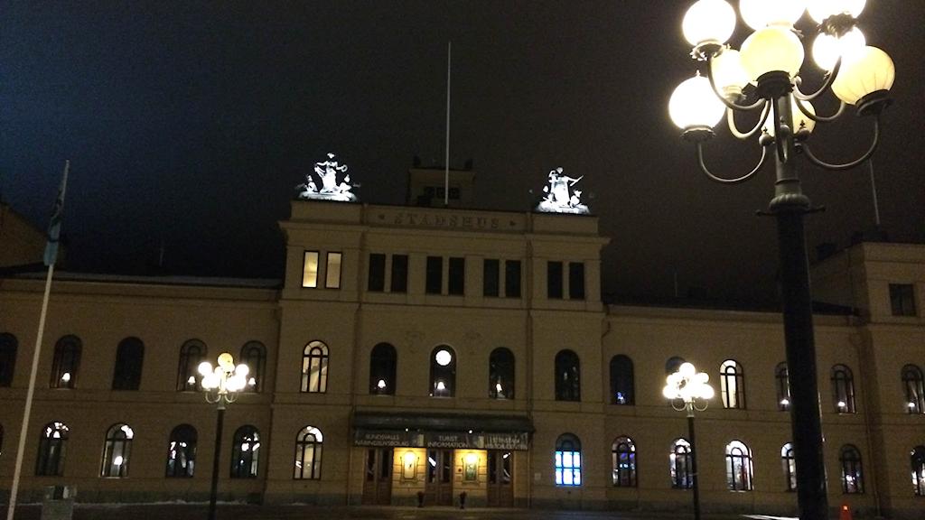 Stadshuset i Sundsvall en vinterkväll.