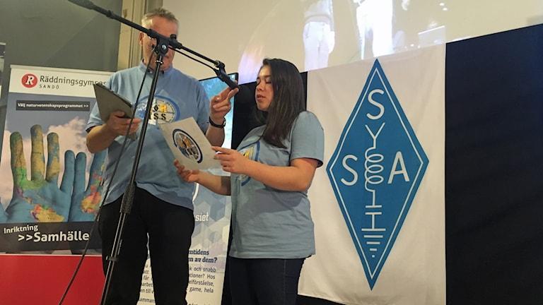 Valentina som studerar på Sandögymnasiet ställer sin fråga till astronauterna.