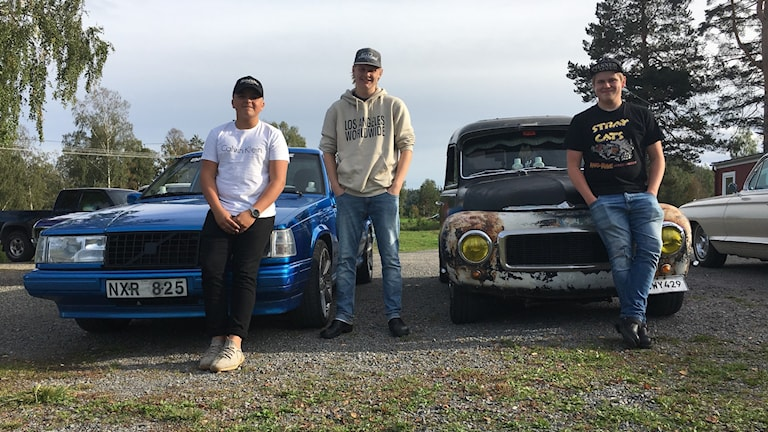 Karlsro Flyers. Tre killar som står framför sina epa-bilar, epa-traktorer