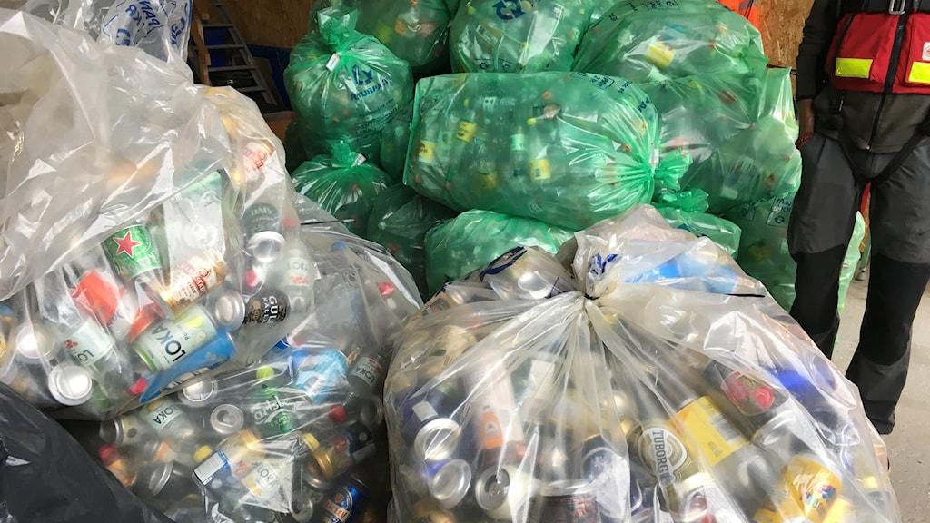Minst tio stora genomskinliga plastsäckar, fyllda till bredden med flaskor och burkar som sjöräddningen har samlat ihop på öarna i Höga kusten.