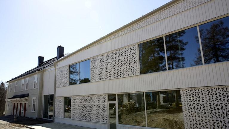 Hjältarnas Hus i Umeå. Ett äldre trähus som man renoverat och byggt ut med ett annex.