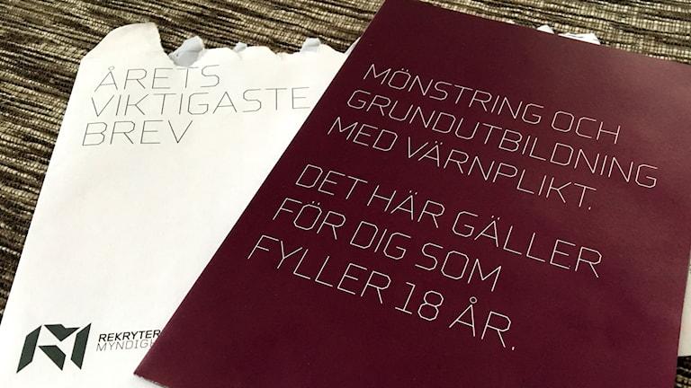 """Rekryteringsmyndighetens brev till alla som fyller 18 i år. Kuvertet har påskriften """"Årets viktigaste brev"""". Foto: Ann-Charlotte Carlsson/Sveriges Radio"""