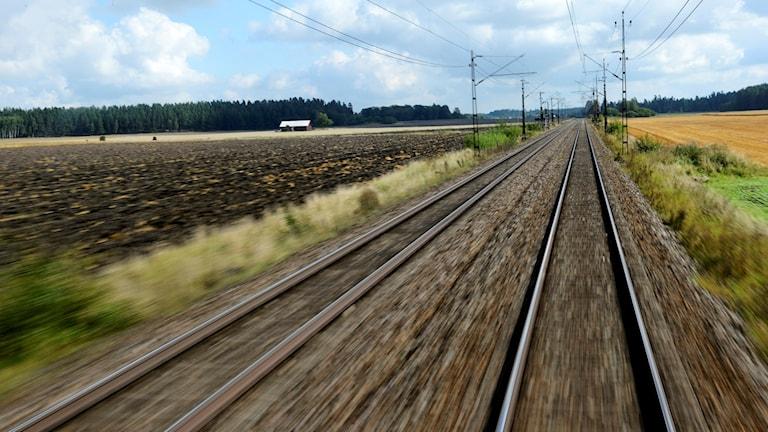 Dubbelspår med järnväg som går genom landsbygd