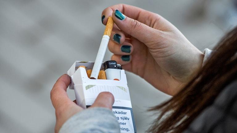 Tjej som röker. Foto: Claudio Bresciani / TT