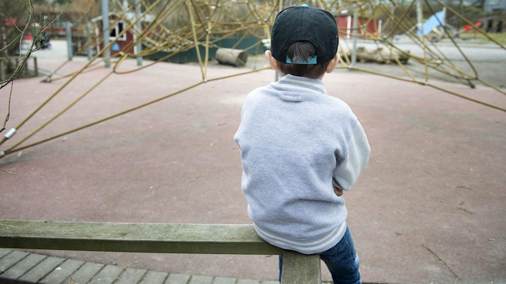 Ett ensamt barn i en lekpark.