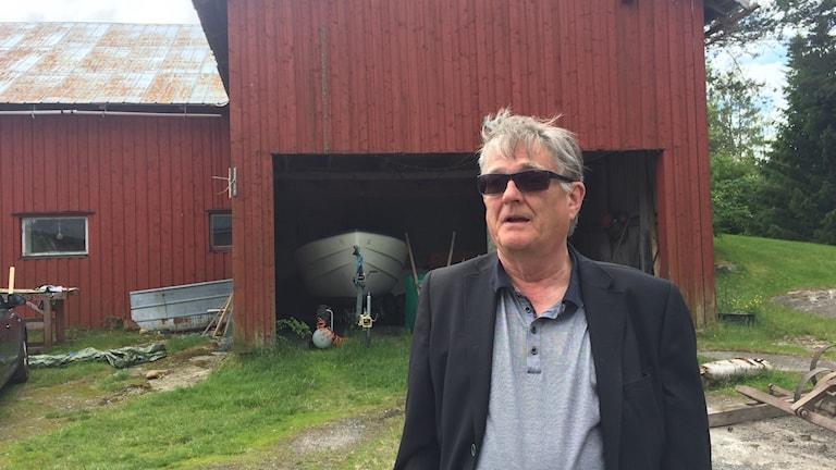 Jan-Ola Nordin på gården i Brattås. Foto Ulla Öhman/Sveriges Radio