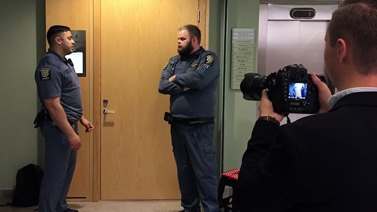 Vakter utanför rättegångssalen i Solna tingsrätt. Foto: Pether Öhlén/Sveriges Radio