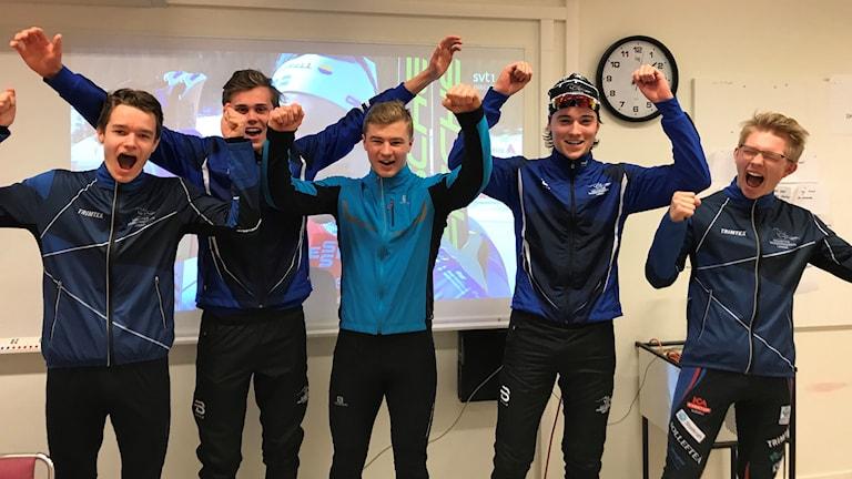 Elever på skidgymnasiet i Sollefteå jublar efter damernas guld i stafetten.