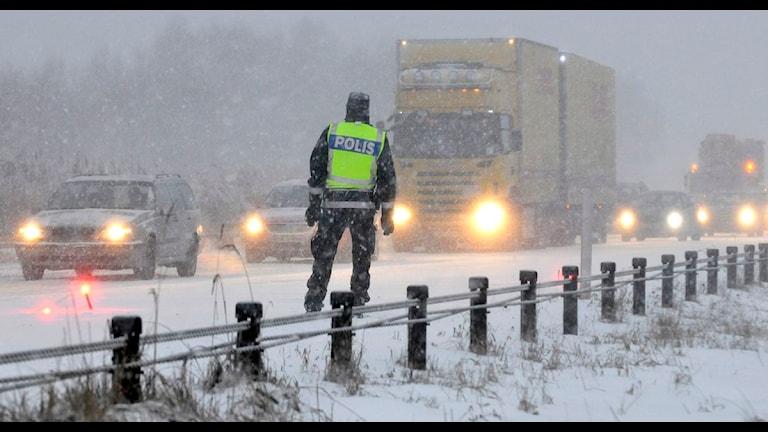 Det har varit stopp flera gånger på E4:an i Västernorrland i natt. Men också på andra håll i landet har det varit besvärligt i trafiken på grund av kraftigt snöfall. Bilden är från E6:an i Skåne där vägen också stängdes av sedan två lastbilar hamnat i mitträcket. Foto: Johan Nilsson/SCANPIX