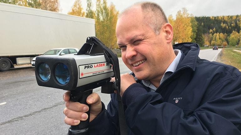 Justitie- och inrikesminister Morgan Johansson testar polisens laserkamera i Sollefteå.