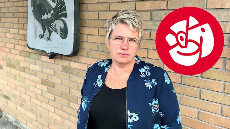 Åsa Sjödén (S) vid fasaden på kommunhuset i Sollefteå. Socialdemokraternas partisymbol infälld i bilden. Foto: Lotte Nord/Sveriges Radio