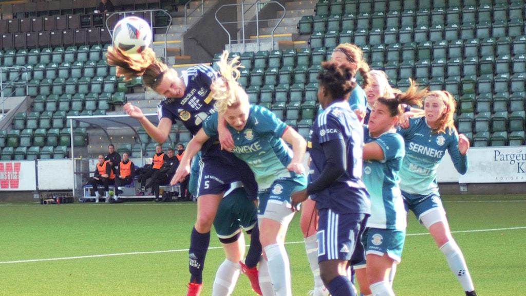 Nickduell under en hörna mellan Sundsvalls DFF och Alingsås FC United