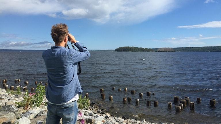 Dan Pettersson spanar utöver Gistaholmarna.