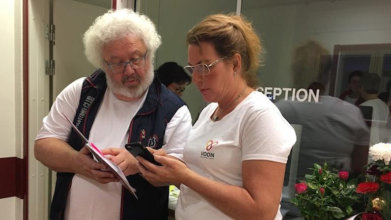 Bo Abrahamsson och Malin Skarin, anställda på Voons vårdcentral, diskuterar vid receptionen under invigningsdagen. Foto: Anton Kårén/Sveriges Radio