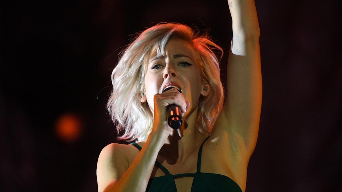 Veronica Maggio på scen under en konsert på Stockholms stadion.