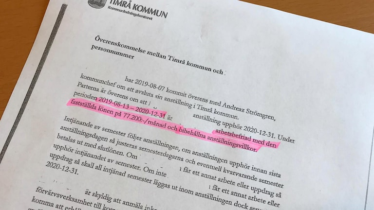 Bild på avtal för Timrås socialchef.