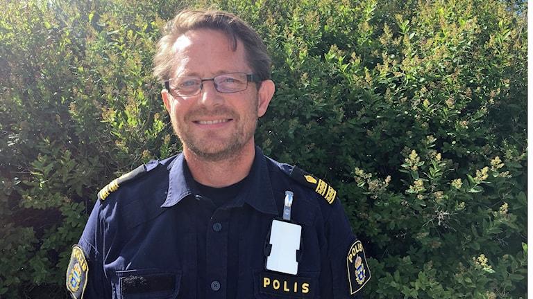 Poliskommissarien Nicke Gärdin framför träd utanför Sveriges Radio i Sundsvall. Foto: Simon Nilsson/Sveriges Radio.