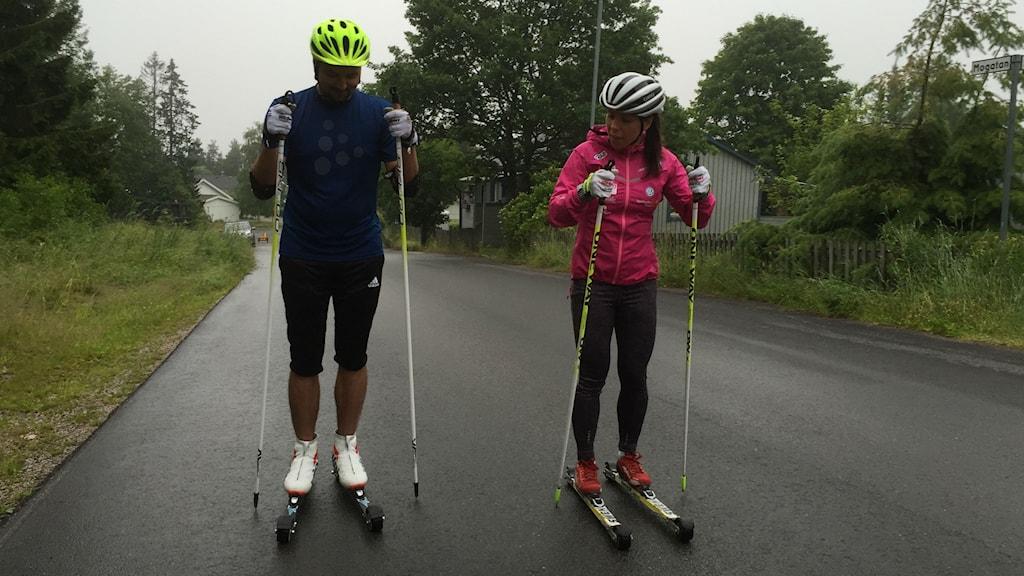 Jhon Acevedo och Charlotte Kalla på rullskidor. Foto: Niklas Axelsson/Sveriges Radio