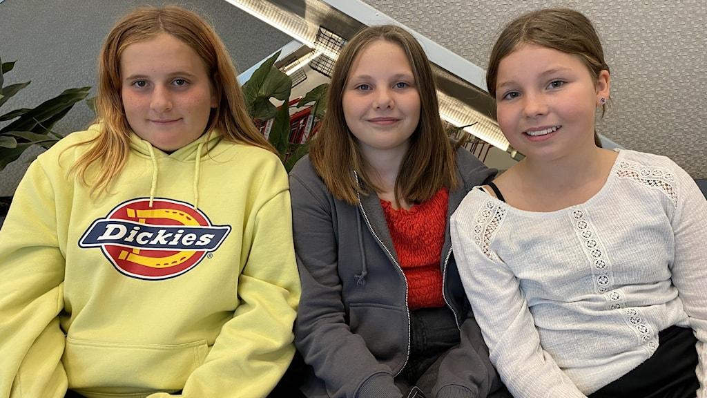 Tre tjejer i 12-årsåldern ser pigga ut