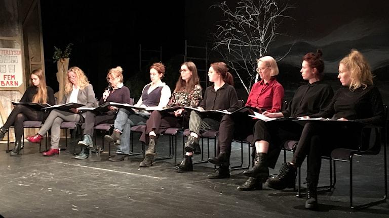 Nio kvinnliga skådespelare på Sundsvalls teater läste anonyma texter som vittnade om övergrepp i filmens och teaterns värld.