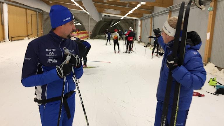 Jhon Acevedo i skidtunneln i Torsby tillsammans med tränaren Peter Blomqvist. Foto: Niklas Axelsson/Sveriges Radio