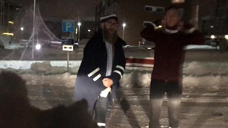 Fredrik Birging och Niklas Axelsson iförda reflexer.