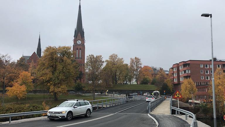 Nya bron med kyrkan i bakgrunden