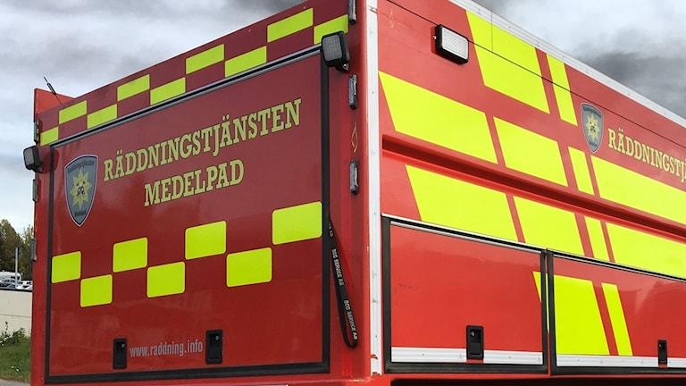 En brandbil från räddningstjänsten Medelpad står parkerad vid sidan av vägen i Bredsand, Sundsvall. Alexander Arvidsson/Sveriges Radio