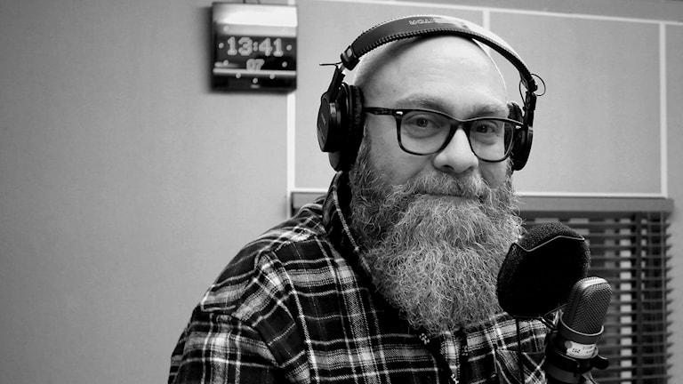 Fredrik Birging, reporter P4 Västernorrland, står framför mikrofon i studio. (svart-vit bild) Foto: Ingrid Engstedt Edfast/Sveriges Radio