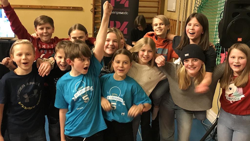 Hela klass 5:4 på Mimerskolan jublar efter segern i fjärde kvartsfinalen i Vi i femman. Foto: Anton Kårén/Sveriges Radio