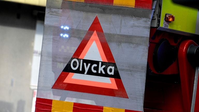 """En uppfällbar skylt med texten """"olycka"""" på en brandbil i samband med en olycka. Foto: Johan Nilsson/TT"""