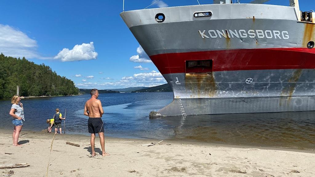 Fartyget Koningsborg i Ångermanälven och familjen på stranden.