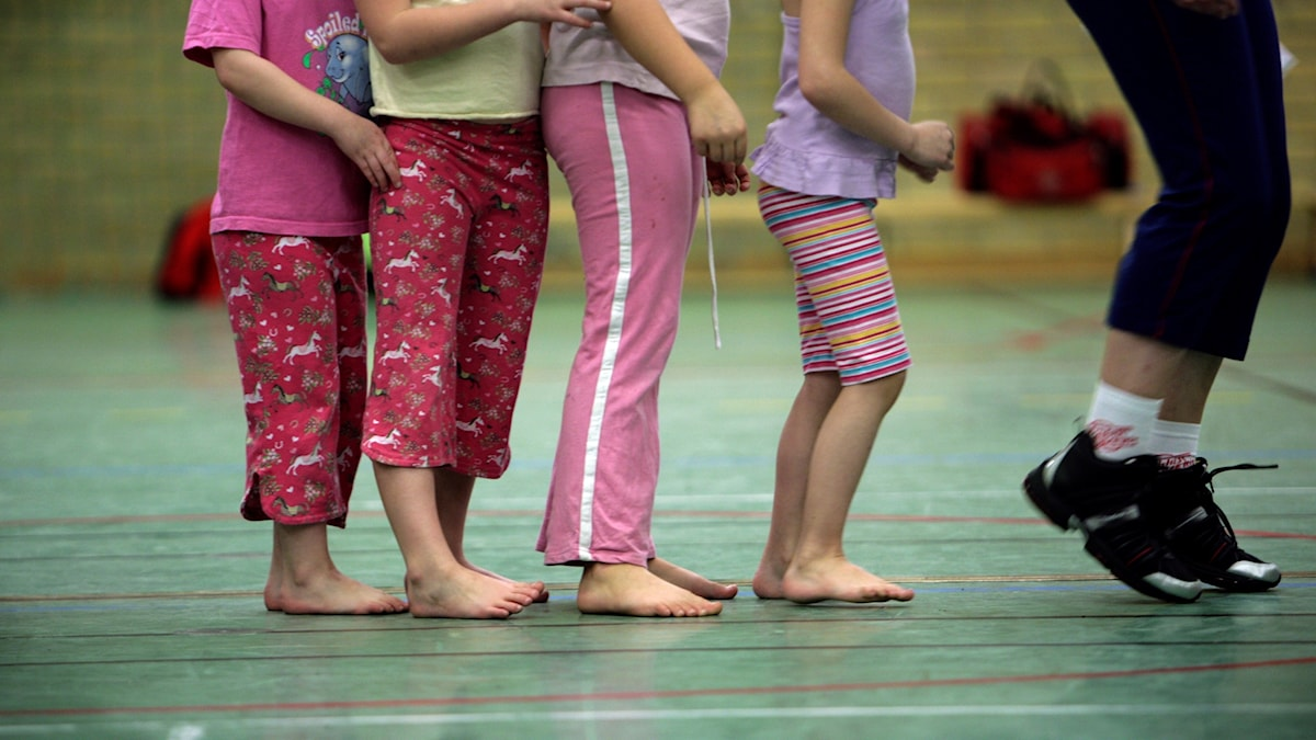 Fyra barnben i en gymnastiksal. Fredrik Sandberg / TT