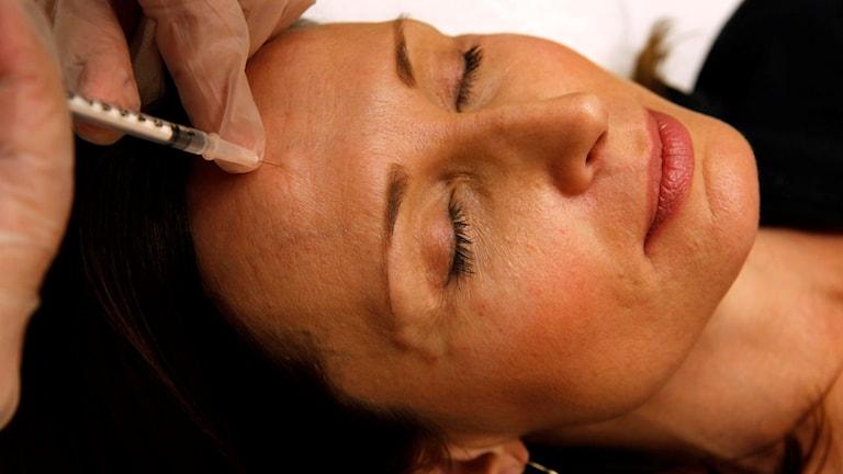 Kvinna får botoxinjektion i pannan. Foto: Jacquelyn Martin/AP/TT