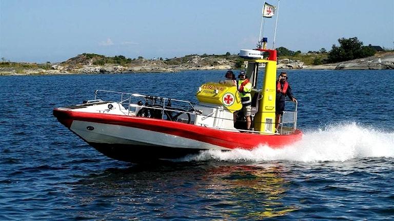 Sjöräddningssällskapets nya båt ute och kör på havet med tre personer ombord. Foto: RS Sundsvall