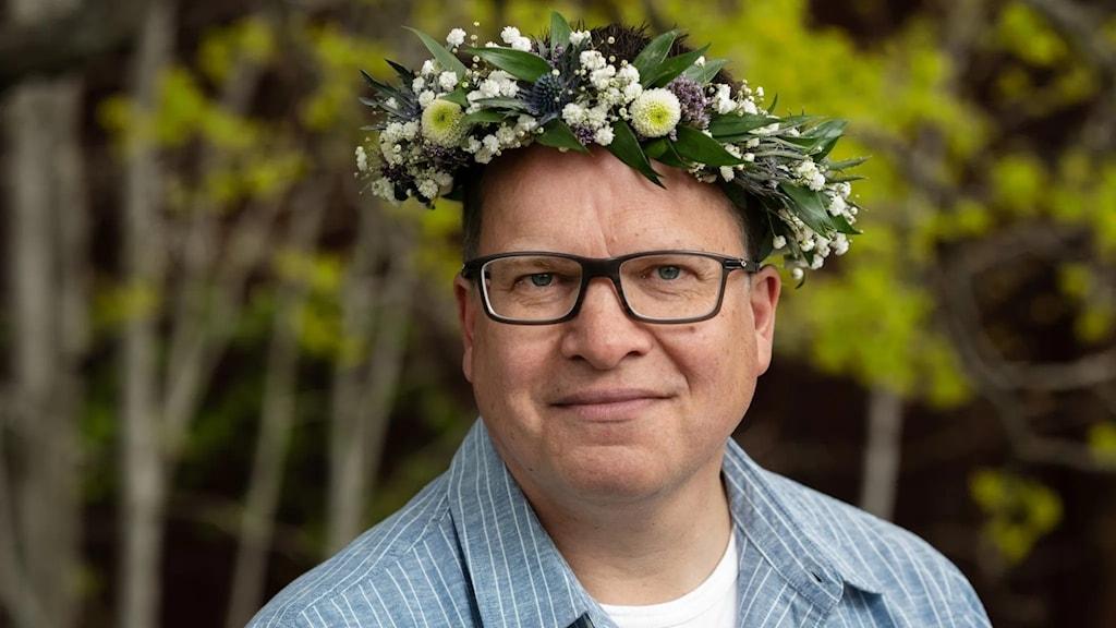 Peter Sjölund med blomkrans i håret