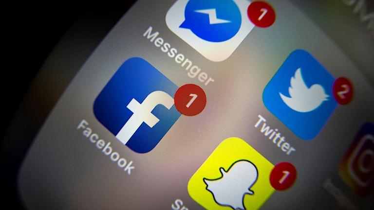 En mobilskärm med olästa meddelanden på messenger, facebook, twitter och snapchat.