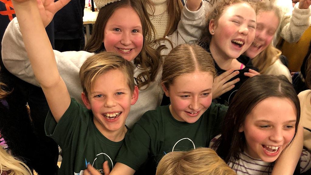 Harry och Leija på Sidsjöskolan jublar med sina klasskompisar efter segern i den första kvartsfinalen. Foto: Niklas Axelsson/Sveriges Radio