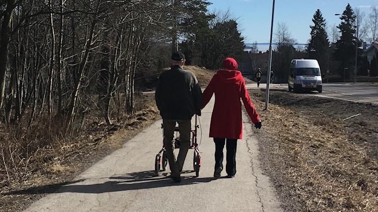 Äldre personer promenerar, pensionär, pensionärer, äldrevård