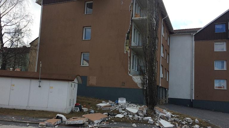 Delar av fasad har rasat från hus i Härnösand.