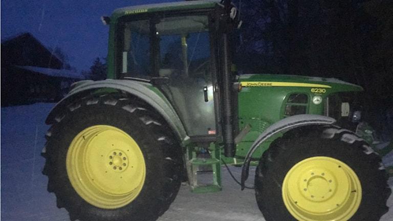 En grön traktor av märket John Deere.
